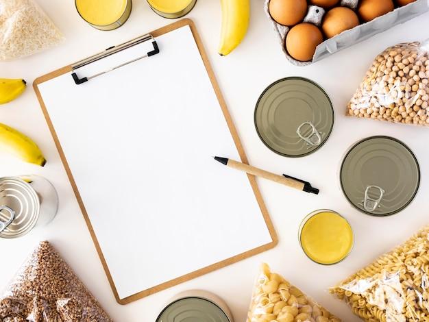 Плоская планировка свежих продуктов для пожертвования с блокнотом
