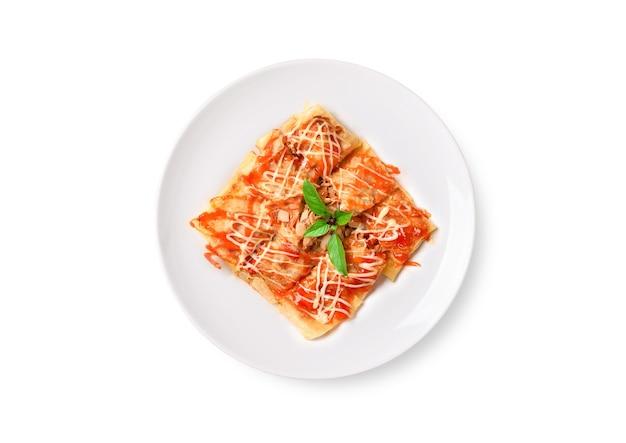 참치, 양파, 토마토, 케첩 흰색 배경에 접시에 튀긴 태국 팬케이크 roti의 플랫 누워