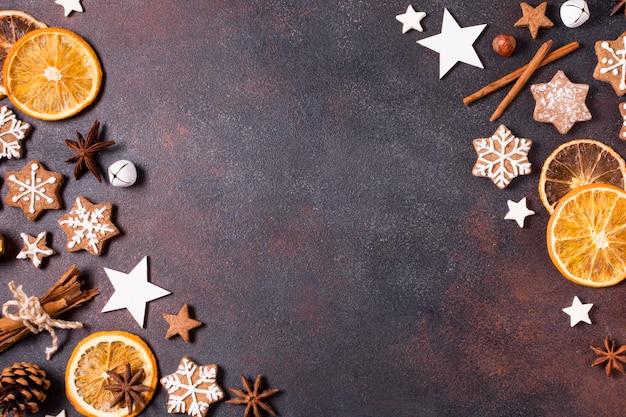 コピースペースのあるクリスマス用のジンジャーブレッドクッキーと乾燥柑橘類のフラットレイ