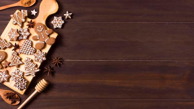 コピースペースとクリスマスのためのジンジャーブレッドクッキーの選択のフラットレイ
