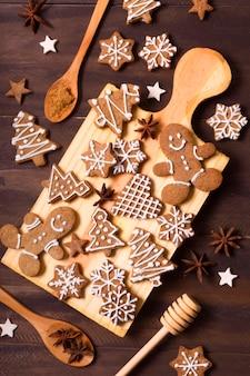 クリスマスのためのジンジャーブレッドクッキーの選択のフラットレイ
