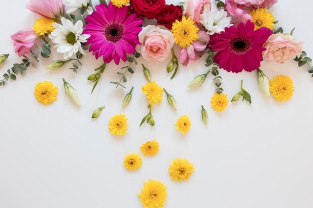 화려한 꽃 구색의 플랫 레이