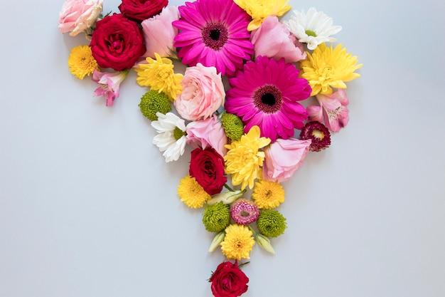 ゴージャスな花の品揃えのフラットレイ