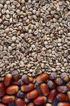 緑のコーヒー豆と木製の背景としてドングリのフラットレイアウト