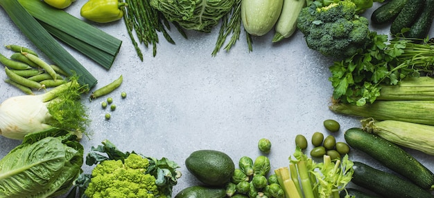 灰色の背景に緑の野菜コレクションのフラットレイ。フラットレイ、上面図。健康食品。グリーンコンセプト。
