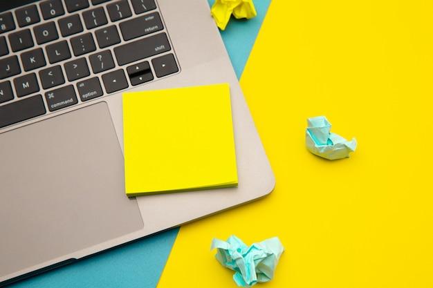 스티커 메모와 노트북으로 가정 직장의 평면 누워