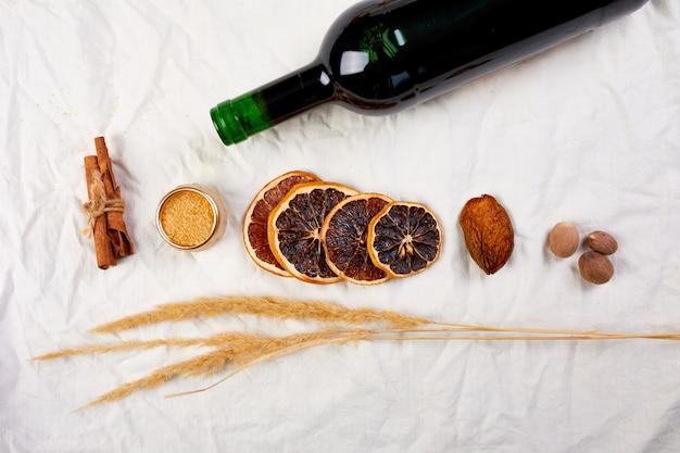 겨울 계절 멀드 와인, 크리스마스 음료를 위한 재료와 레드 와인 한 병