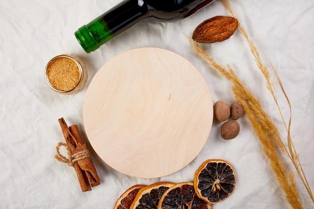 Плоский набор ингредиентов и бутылка красного вина для зимнего сезонного глинтвейна