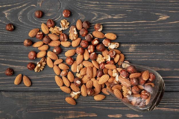アーモンドと他のナッツの瓶の平らなレイアウト