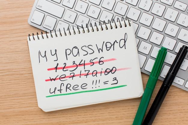 Плоская раскладка клавиатуры с блокнотом с информацией о пароле