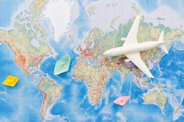 飛行機のおもちゃと地図のフラットレイアウト