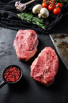 Плоская кладка ломтиков мраморной говядины с ингредиентами
