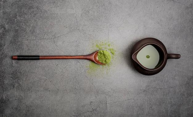 木のスプーンで抹茶のフラットレイアウト