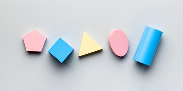ミニマルな幾何学図形を一列に並べたフラットレイ