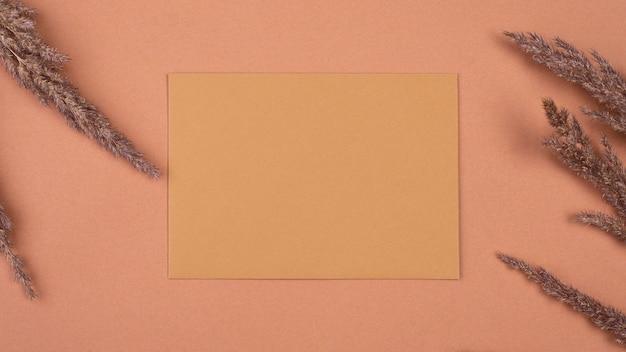 단색 말린 라벤더와 봉투의 평평한 누워