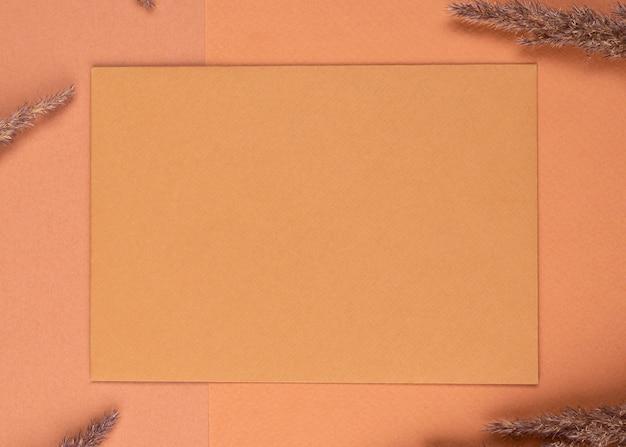単色の乾燥ラベンダーと封筒のフラットレイ