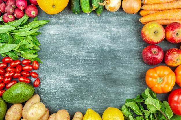 검은 배경, 정사각형 식품 틀에 여러 가지 빛깔의 생 야채를 평평하게 깔았습니다. 건강한 요리를 위한 지역 특산물. 식물을 위한 유기농 과일과 채소. 평면도. 공간을 복사합니다.