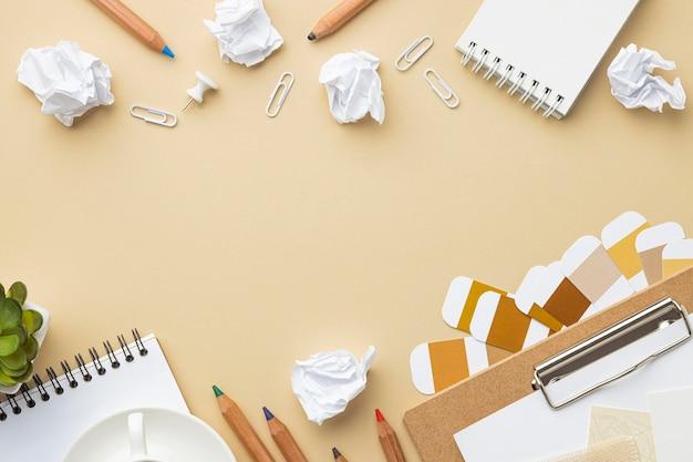 Плоский блокнот для ремонта дома с цветными карандашами и копией пространства
