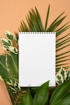 식물 잎에 노트북의 평면 배치