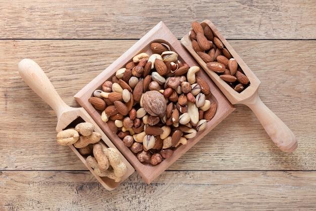 木製のテーブルにナッツの配置を平らに置く