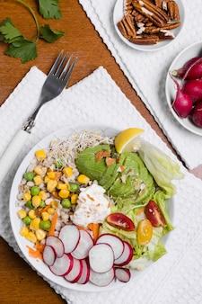 皿の上の有機野菜のフラットレイアウト