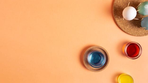 Плоская планировка расписных пасхальных яиц с краской и копией пространства