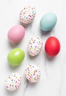 Плоские раскрашенные пасхальные яйца