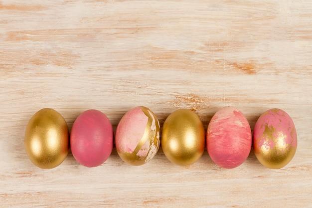 Плоская кладка крашеных яиц на пасху с копией пространства