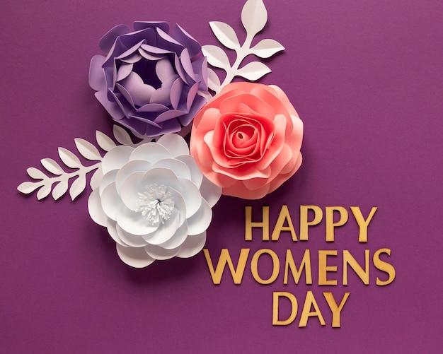 女性の日のための紙の花のアレンジメントのフラットレイ