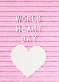 Плоское бумажное сердце на всемирный день сердца