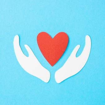 Плоская планировка бумажного сердца с бумажными руками