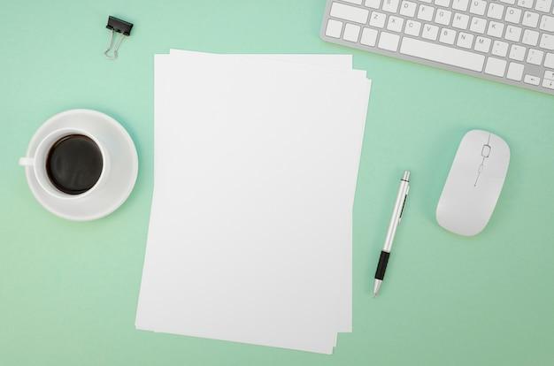Плоский лист бумаги с клавиатурой и мышью