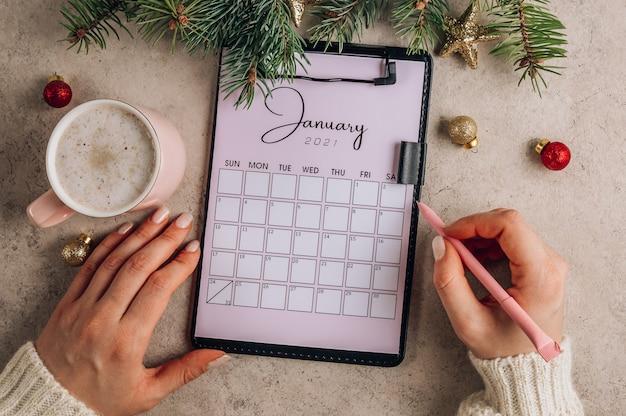 Плоская планировка части календаря с январскими буквами с чашкой кофе