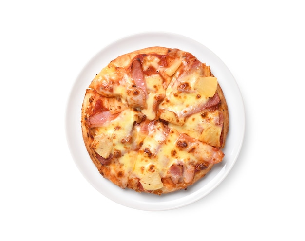 흰색 배경에 분리된 파인애플 하와이안 피자의 평평한 위치.