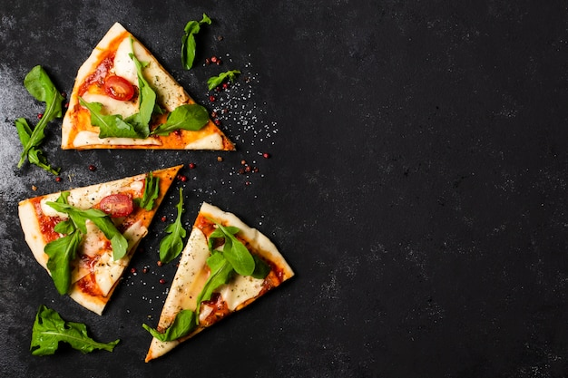 Плоская планировка кусочков пиццы с копией пространства