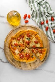 토마토와 기름으로 피자의 평평한 누워