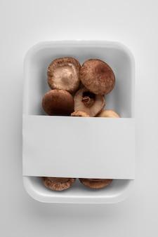 버섯과 함께 플라스틱 포장의 평평한 누워