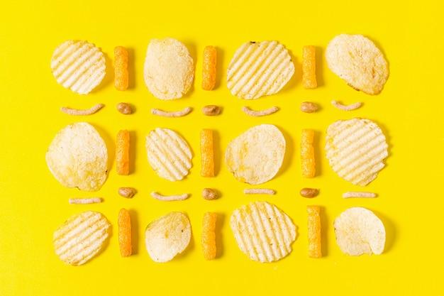 ポテトチップスと安っぽいパフのフラットレイアウト