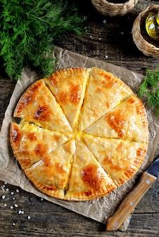 Плоский слой сырного пирога из слоеного теста и укропа