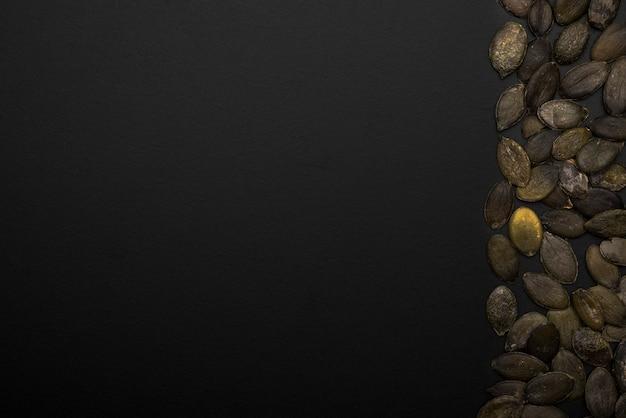 コピースペースとカボチャの種のフラットレイアウト