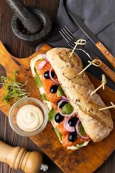 Плоский бутерброд с оливками и лососем