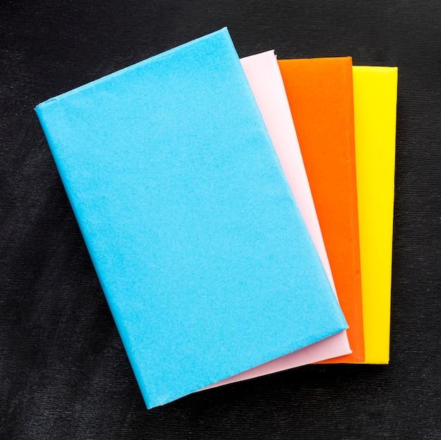 本と学校の必需品のフラットレイアウト