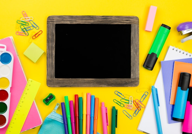 色鉛筆で学校の必需品のフラットレイアウト