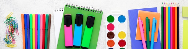 Плоская планировка школьных принадлежностей с карандашами