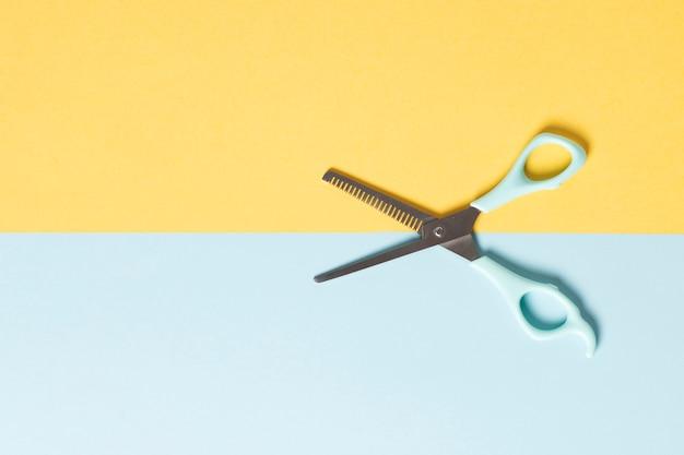 Плоские ножницы на простом фоне