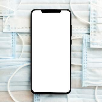 Плоская планировка смартфона на медицинских масках