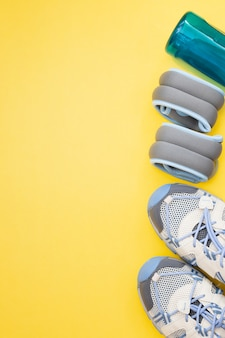 コピースペースのある黄色のスポーツおよびフィットネス機器のフラットレイ。