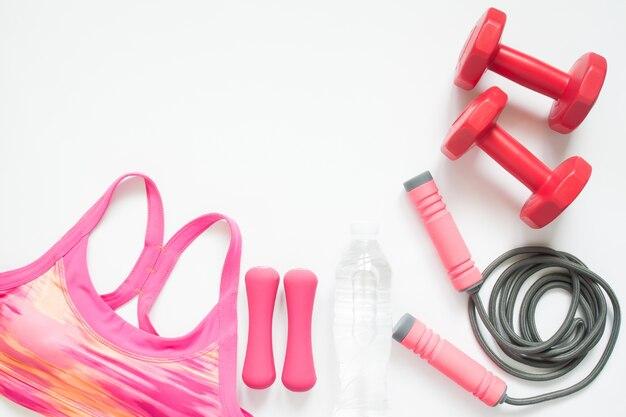 흰색 배경에 분홍색과 붉은 색의 스포츠 장비 평면 배치