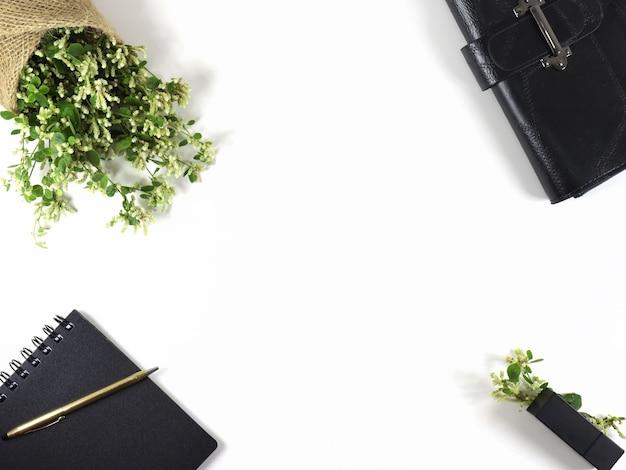 Плоский кладут весенние цветы дневник кошелек и ручка на белом фоне