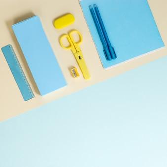 Плоская планировка канцелярских и школьных принадлежностей, тетрадей, пеналов, ручек, карандашей, ножниц, ластиков